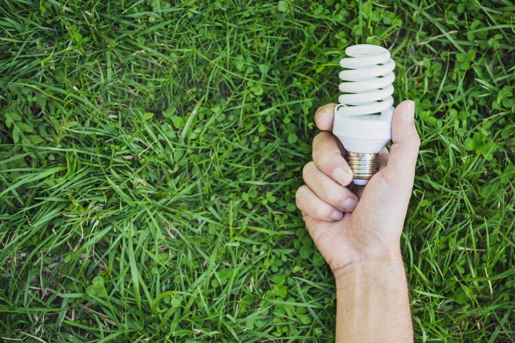 como economizar energia - lâmpada na grama