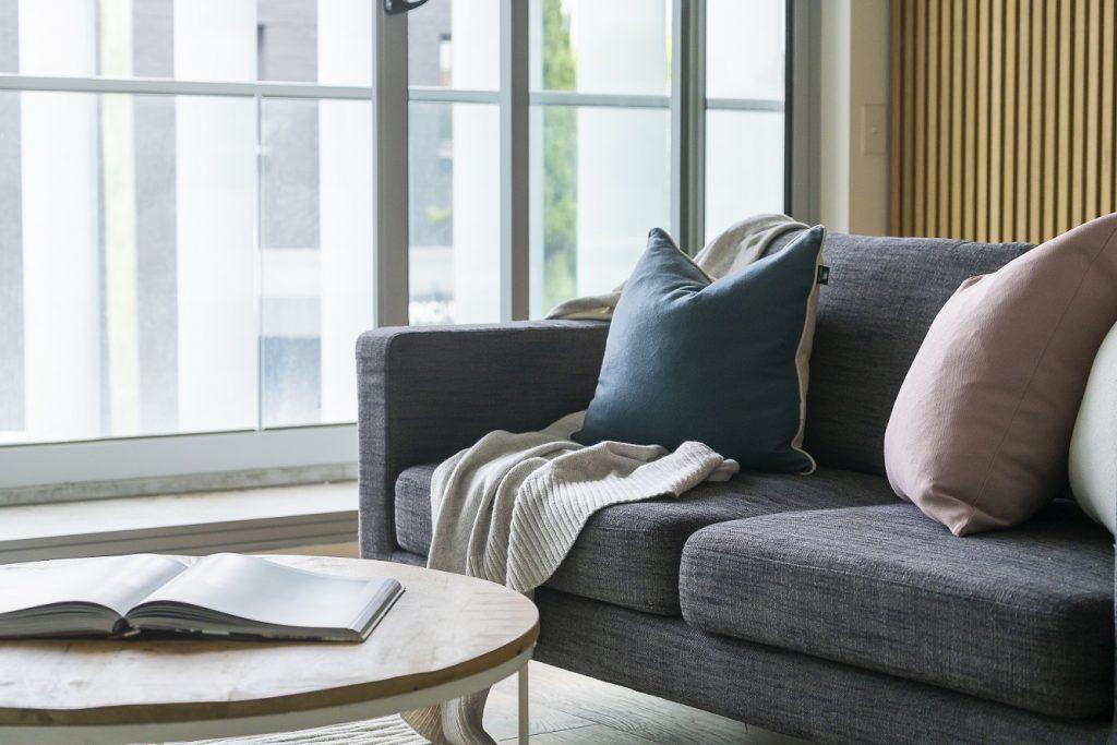 como escolher um sofá - sofá cinza