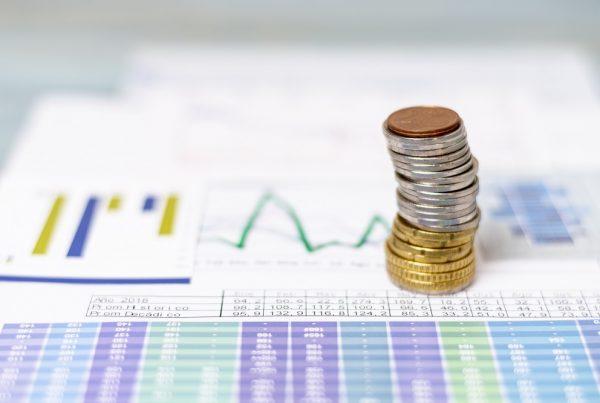 taxa selic - moedas sobre papel com gráfico
