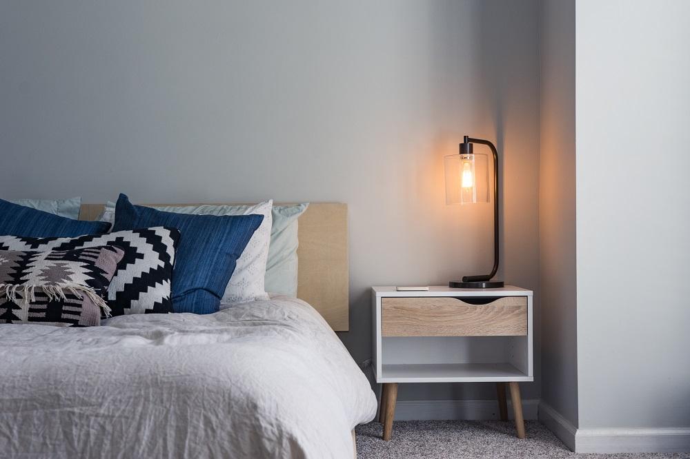 Como escolher almofadas - cama azul e branca-