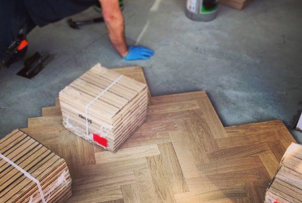 Paginação de piso - homem colocando piso