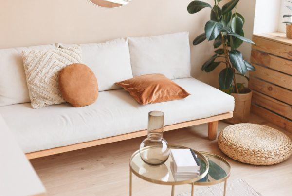 Revestimentos naturais - sala de estar com acabamento em madeira