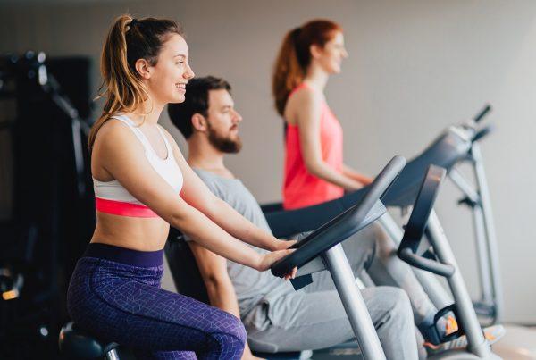 Pessoas fazendo exercício em um espaço fitness